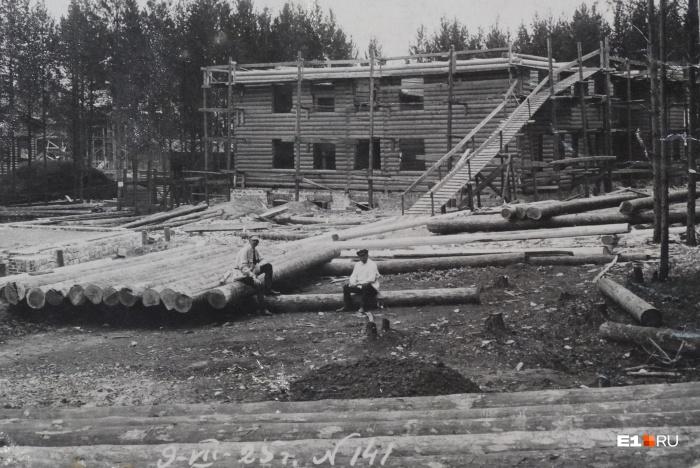 Июль 1925 года, строятся первые жилые дома для работников электростанции на Конном полуострове