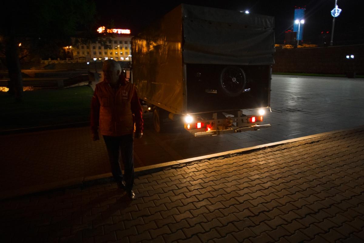 Раритетное авто ставили в павильон на Плотинке под покровом ночи