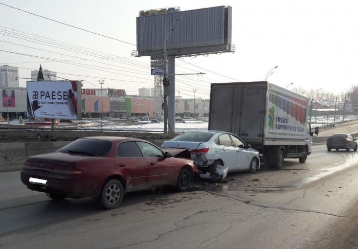 ДТП случилось в половине одиннадцатого: в аварии сошлись три автомобиля