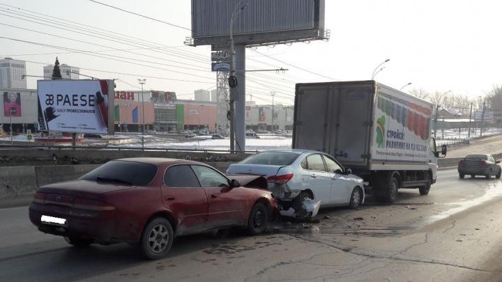Не успевшая затормозить «Тойота» собрала аварию с двумя машинами возле «МЕГИ»