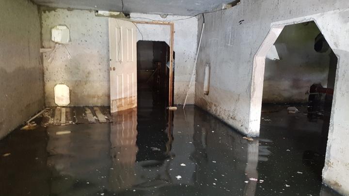 Без воды, с затопленным подвалом: жители дома для детей-сирот хотят подать в суд на компанию Баскаля