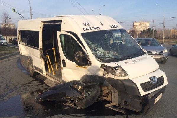После столкновения у маршрутки отлетело колесо и разбилось лобовое стекло