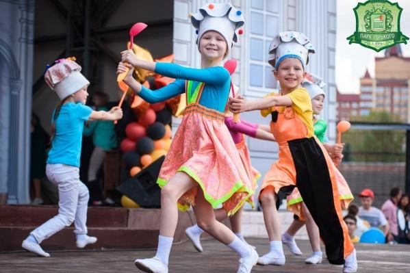 Тема мороженого станет главной на празднике в парке имени Горького 1 июня. На сцене — юные мороженщики