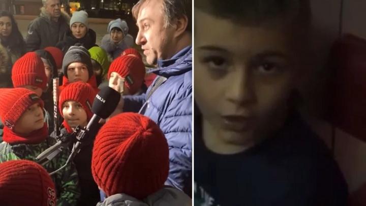 «Мы его любим?» — «Да!!!»: детии родители заступились за уволенного из академии «Авангарда» тренера