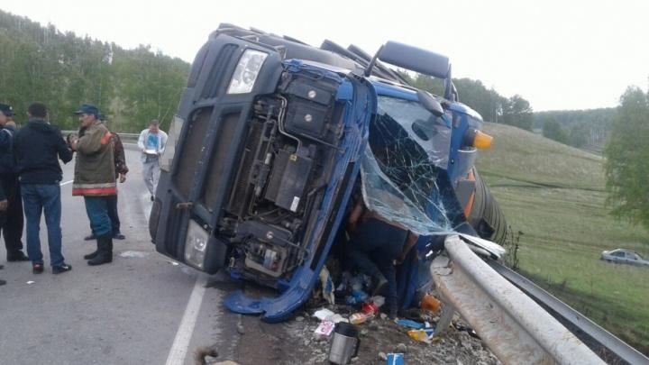 В Башкирии опрокинулся грузовик с нефтепродуктами: водитель в больнице