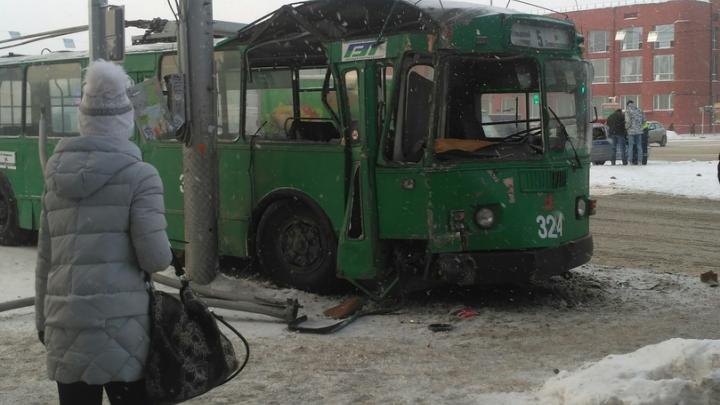 На площади Ленина столкнулись троллейбус и автобус: собралась пробка
