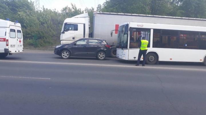 Два человека пострадали при столкновении автобуса и иномарки на Южном шоссе