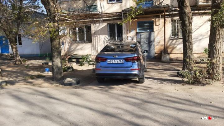 «Штраф придет — оплачу»: волжанка перекрыла своей иномаркой вход в подъезд