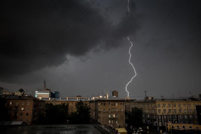 Минувшей ночью небо над Новосибирском разрезали десятки молний