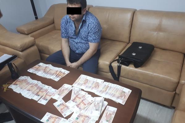 В момент встречи с представителями силовой службы у мужчины было при себе 2,5 миллиона рублей