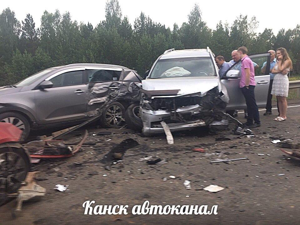 4  машины столкнулись навъезде вКанск: два человека в клинике