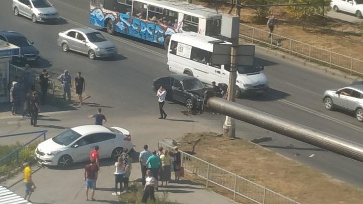 «Школьницу и маму с ребенком посадили в скорую помощь»: в Волгограде иномарка вылетела на тротуар