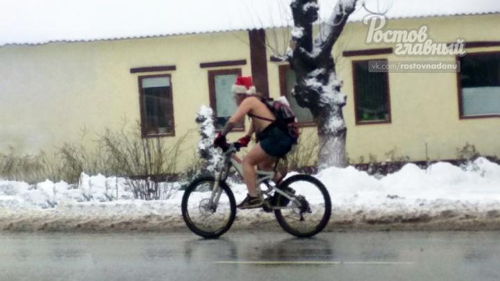 Дед Мороз в трусах и на велосипеде проехался по улицам Ростова