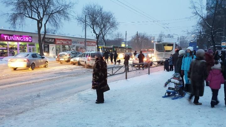 В Перми из-за аварии с автобусом перекрыто движение на шоссе Космонавтов