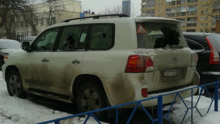 Камеры сняли, как двое мужчин разбили окна Land Cruiserво дворе на Свердлова