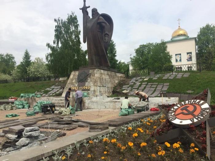 Рабочие должны отремонтировать и постамент памятника — за 656 тысяч рублей