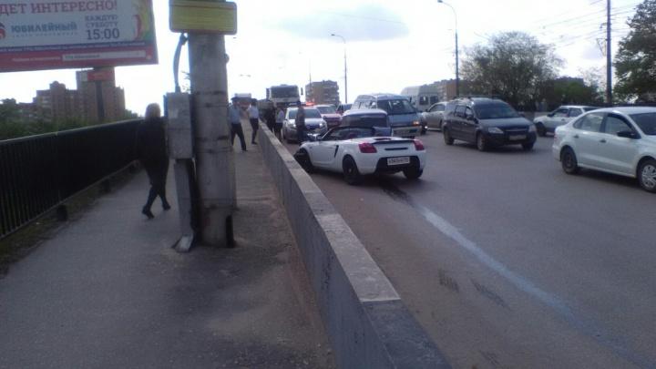 Семь штрафов за превышение скорости: в Волгограде кабриолет на встречке подбил «четверку»