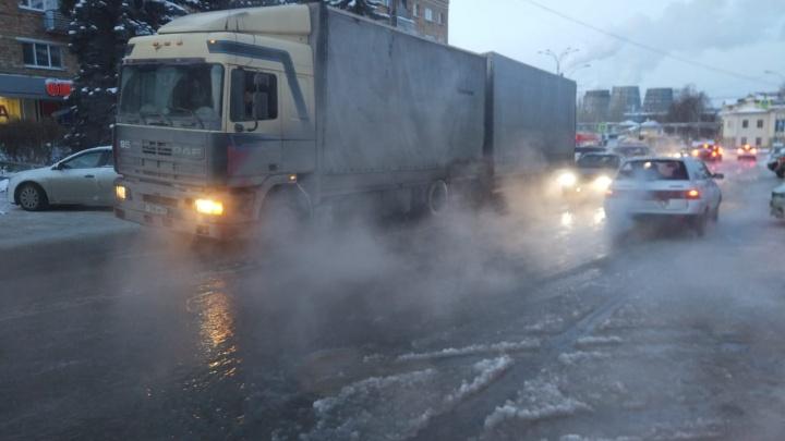 «Больше часа течет»: на ВИЗе вода из колодца затопила дорогу