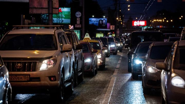«Вы там держитесь»: новосибирские водители подбадривают друг друга в утренних пробках