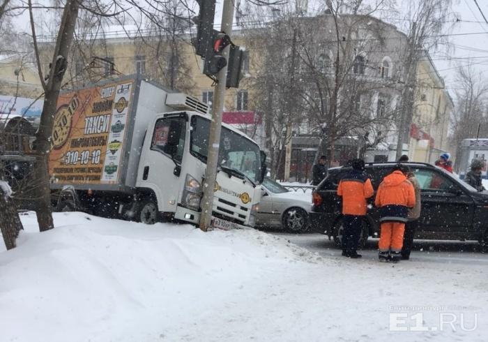 Водитель грузовика не ожидал, что на его полосу вырулит кроссовер