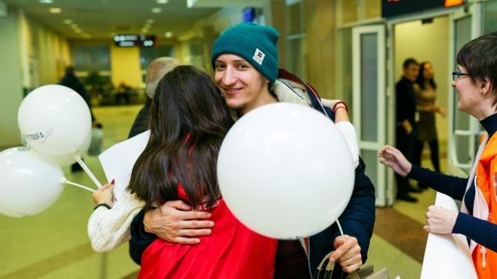 В аэропорту Уфы встретили объятьями 2000 пассажиров