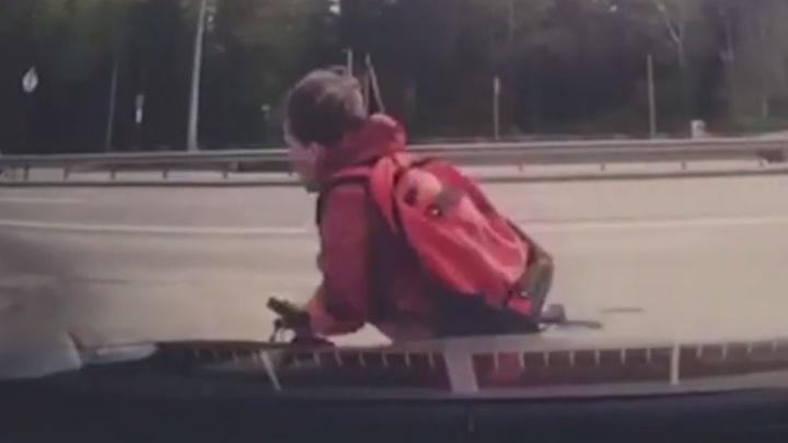 Даже не притормозил: появилось видео, как мальчик на велосипеде залетел под машину