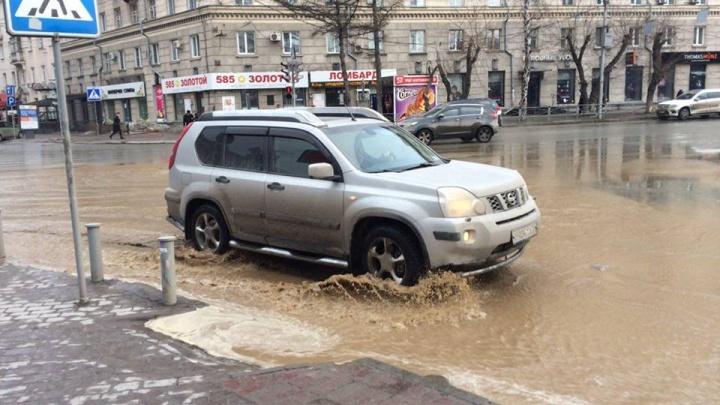 Улицу Советскую и Вокзальную магистраль затопило водой из коммунального гейзера