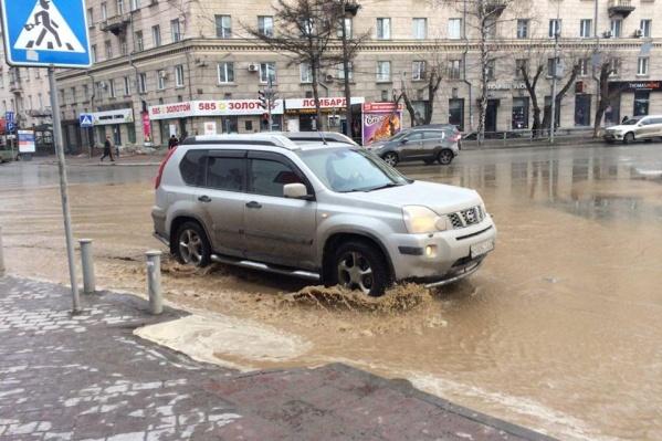Проезжую часть в центре города затопило мутной водой