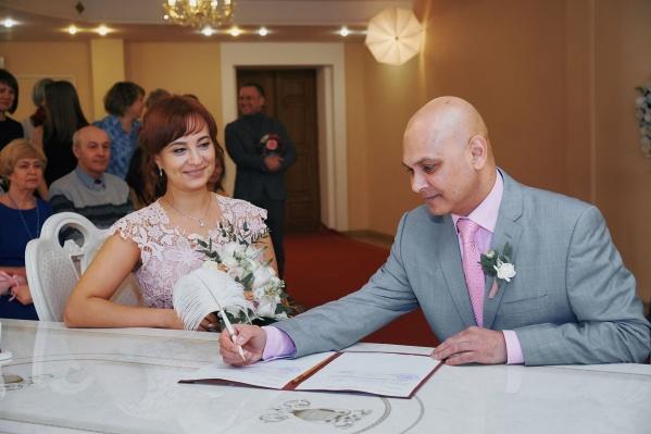 Оксана и Джейсон зарегистрировали свой брак в обычном ЗАГСе Екатеринбурга