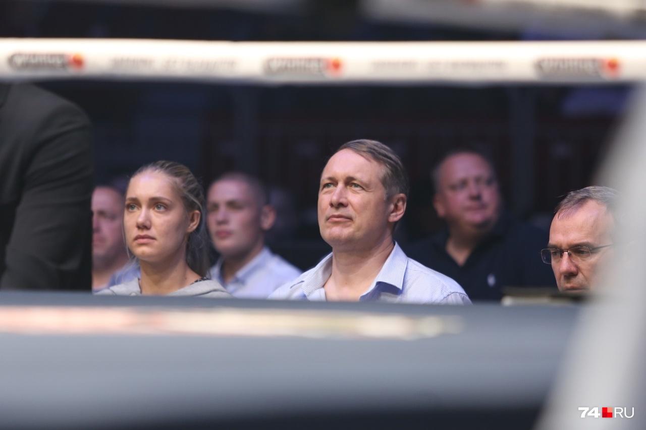 А вот прокурор области Виталий Лопин всегда ходит на подобные мероприятия с дочерью