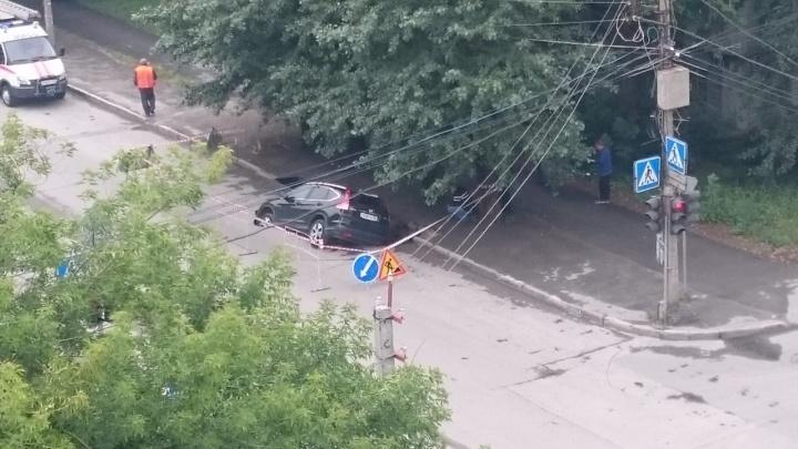 Видео: кран вытащил автомобиль из провала в тихом центре