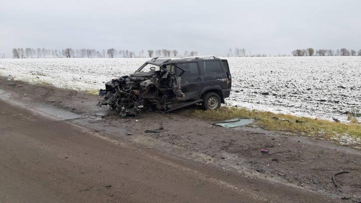 Разворотило капот: на трассе в Самарской области УАЗ влетел в грузовик