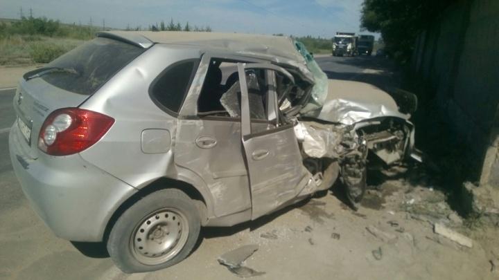 «Буду обращаться в суд»: у влетевшей в яму иномарки на севере Волгограда взорвалось колесо