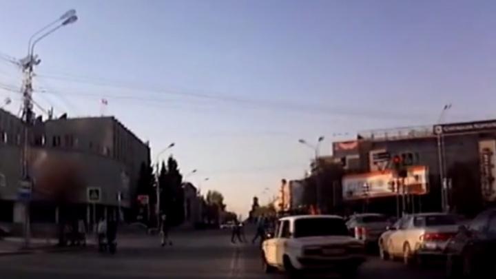 Уходя от погони, водитель ВАЗа вылетел на перекресток с пешеходами в центре Омска