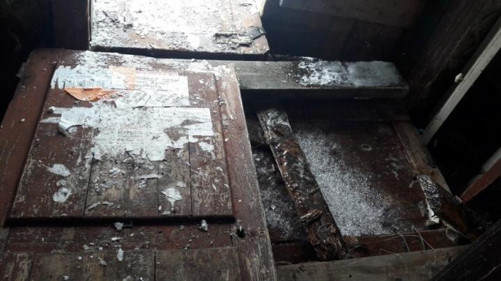 В центре Архангельске жильцы ветхого дома сутки были заложниками потопа