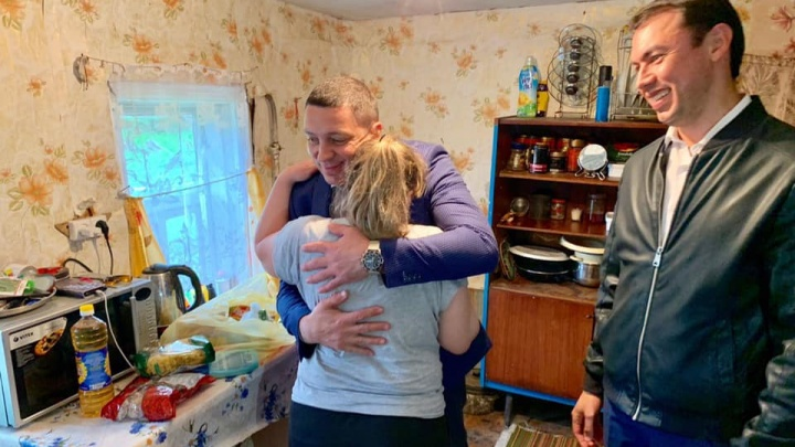 Мама расчувствовалась и обняла: многодетной семье, пострадавшей в пожаре, подарили холодильник