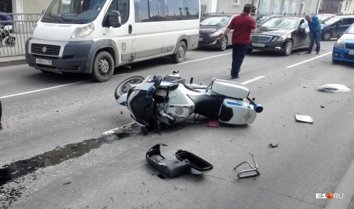 За рулём служебного мотоцикла BMW был 36-летний инспектор