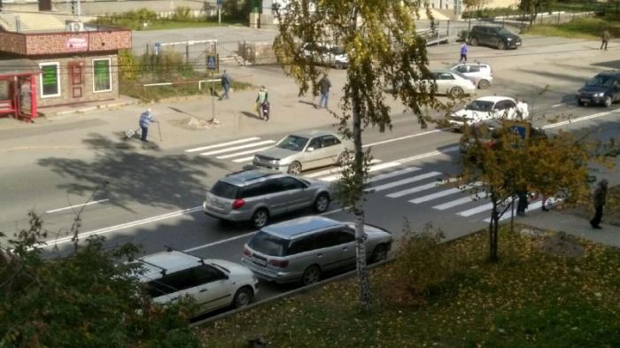 Вчера рядом с этим пешеходным переходом случилось смертельное ДТП: под автобус попал мальчик на велосипеде