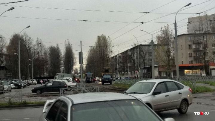 Жители Брагино опоздали на работу из-за сошедшего с рельсов трамвая