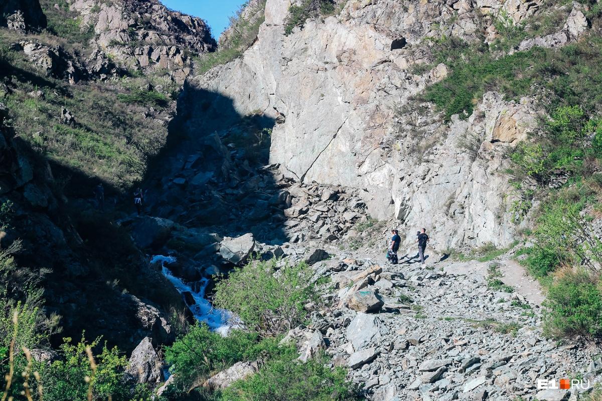 Это водопад наверху (можно подняться по дорожке)