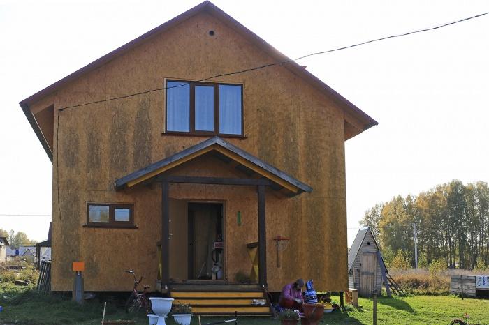 Через 2,5 года дом стал отчётливо полосатым — застройщик говорит, что строительную плиту нужно было закрывать отделкой и владельца дома об этом предупреждали