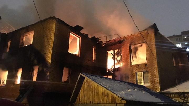 «Дымом воняет даже в центре»: у Комсомольского сквера горит дом