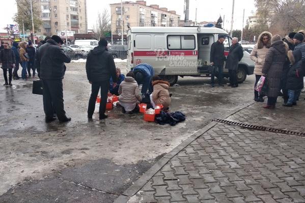 Прохожие и врачи пытались помочь мужчине