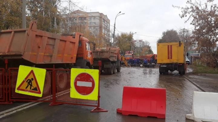 Воду дали: рабочие отремонтировали трубу в районе автостанции «Аврора»