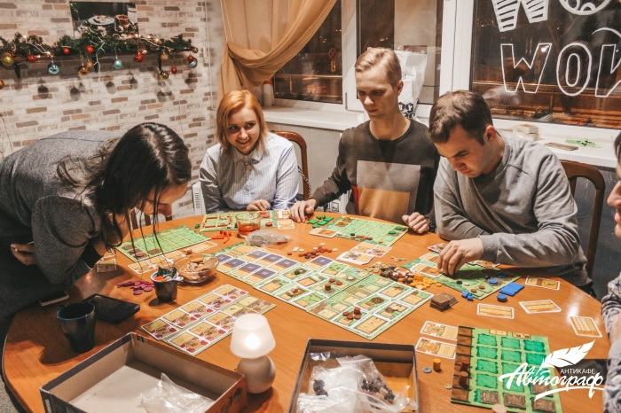 В антикафе можно играть в настольные игры или ходить на тематические мероприятия вроде тренингов и мастер-классов