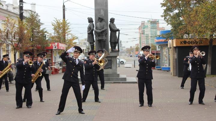Вместо ОМОНа — музыкальный флешмоб: силовики устроили танцы на Кировке