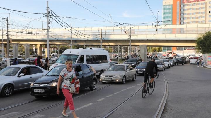 Фанат Сергея Шнурова чуть не попал под скоростной трамвай