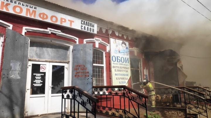 В Башкирии горит столетний дом, есть пострадавшие