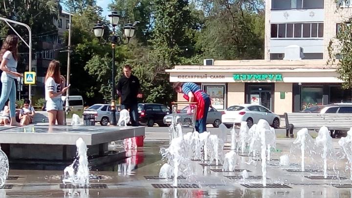 «Не для того поставили»: тольяттинцы пожаловались на уборщицу, которая мыла тряпки в фонтане