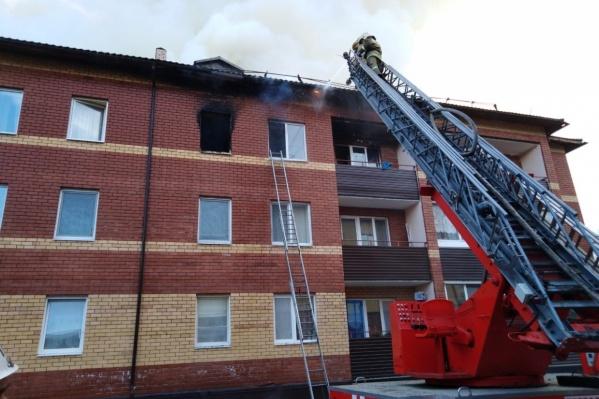 Несколько часов дом заливали водой, чтобы потушить пожар